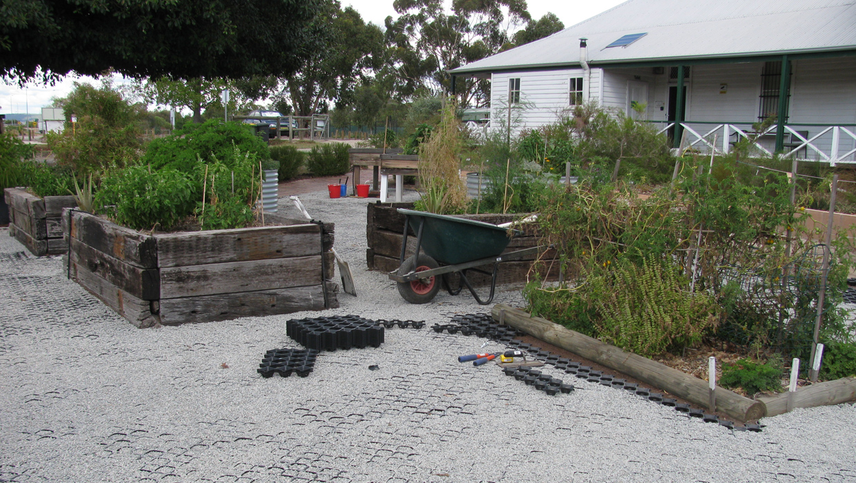 SERCUL Permaculture garden - Construction of floor matting